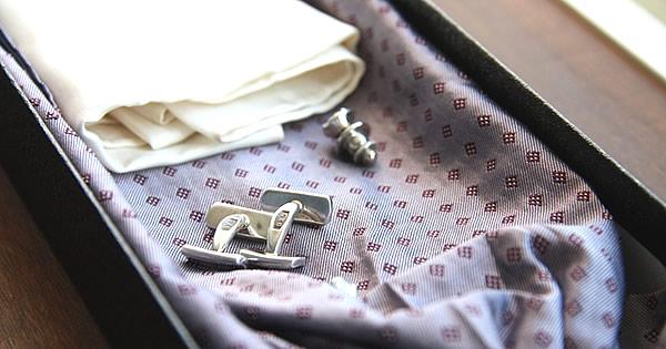 結婚式の服装は男性ならボタン・タイピン・カフス・バッグ・小物